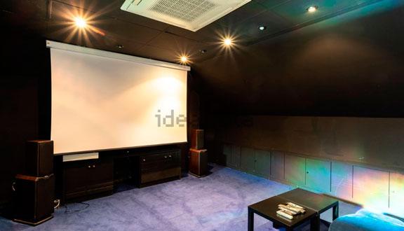 Sala de cine y televisión de la casa de Paula Echevarría y David Bustamante