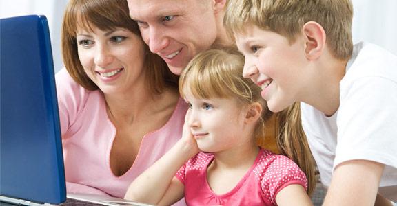 Familia comprando mobiliario online